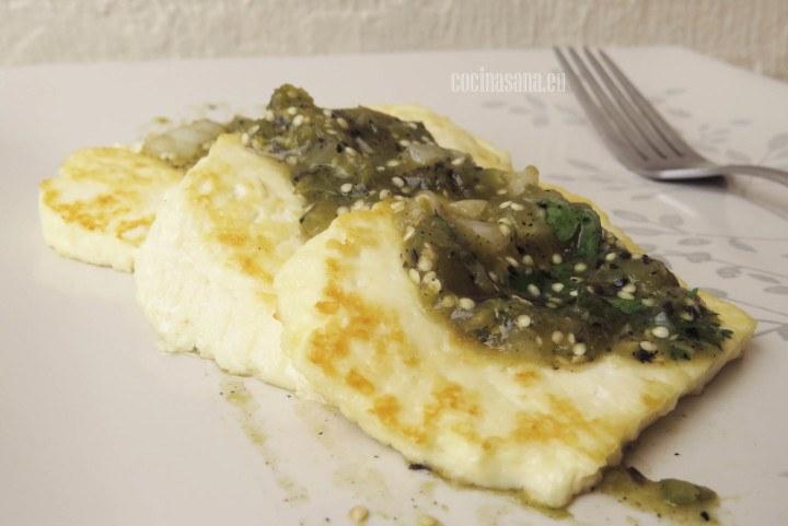 Panela servida con salsa verde asada.