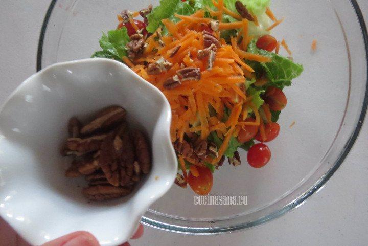 Agregar la Nuez a la ensalada, con esto se aporta mucha textura y sabor a la ensalada.