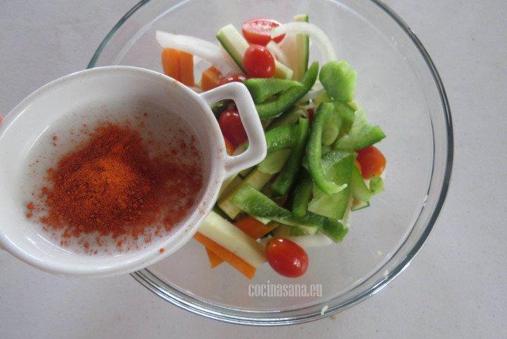 Agregar las Especias a las verduras y condimentar además con la sal y la pimienta.