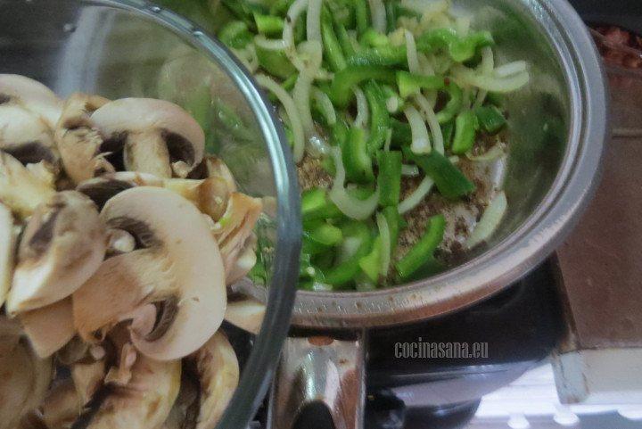 Añadir los Champiñones que fileteamos anteriormente al guiso con las verduras.
