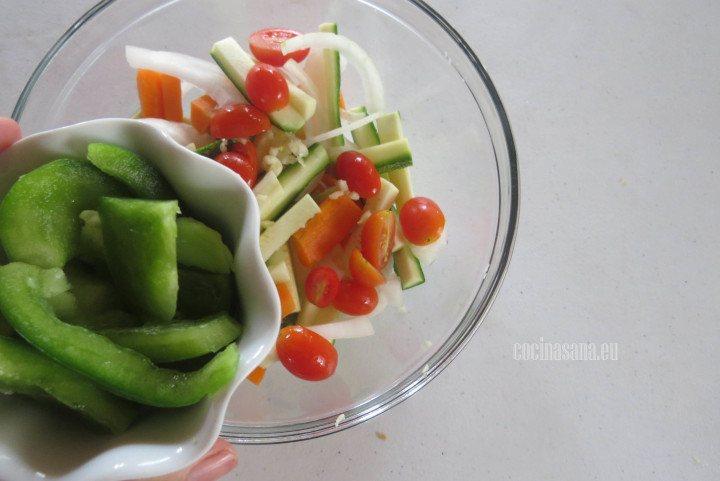 Añadir los pimientos a la mezcla de verduras y combinar con el resto de los ingredientes.