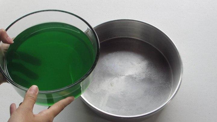 Dejar que la gelatina cuaje en refrigeración, utilizar cualquier molde para esto puedes usar uno o varios.