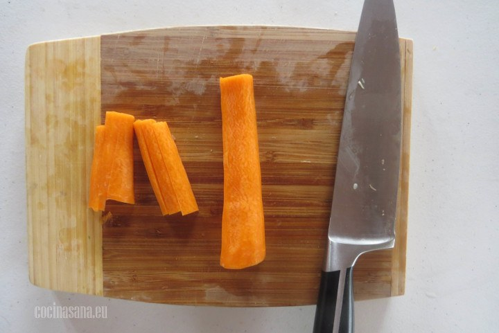 Rebanar la zanahoria en bastones gruesos para mezclar con el resto de las verduras.