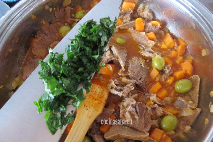 Agregar el Cilantro al finalizar el guiso, le aporta mucho aroma y sabor a esta receta.