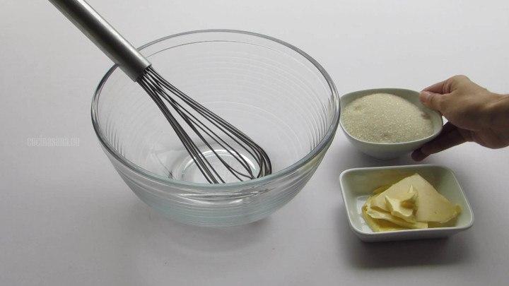 Acremar la mantequilla con azúcar hasta que este suave y cremosa la mantequilla