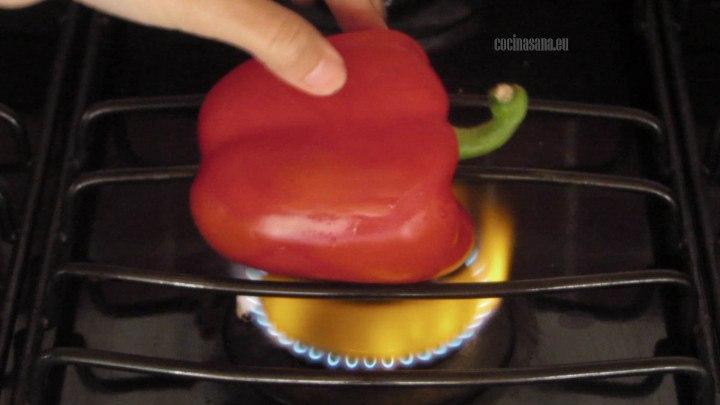 Asar los chiles sobre la hornilla o colocar en una charola y asar en el horno.