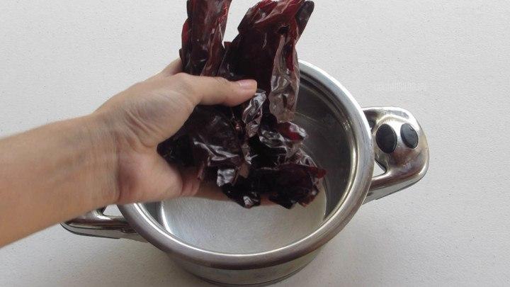 Cocer los Chiles en agua caliente y dejar reposar por 15 minutos aproximadamente hasta que se suavicen.