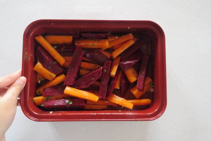 Pasar a la Charola y llevar al horno, hornear a 180°c por alrededor de media hora o hasta que estén cocidos.