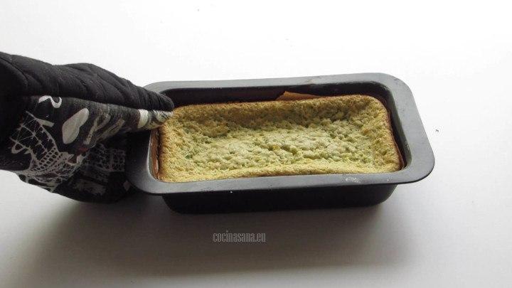Hornear a 170°C el panqué, este panqué no aumenta mucho su volumén porque es bastante húmedo pero queda delicioso con un poco de crema batidad.
