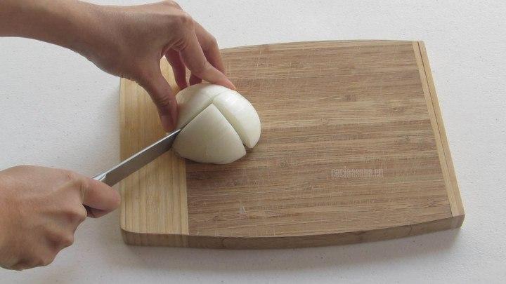 Cortar un cuarto de la cebolla para añadir a la salsa de guajillo con cacahuate.