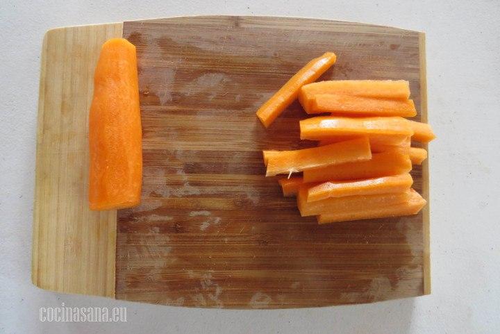 Cortar la zanahoria en bastones de un grosos uniforme para que al momento de hornear sea mucho más parejo