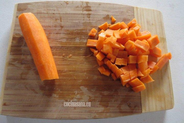 Picar la Zanahoria en cubos pequeños o medianos para preparar el guiso de lengua.