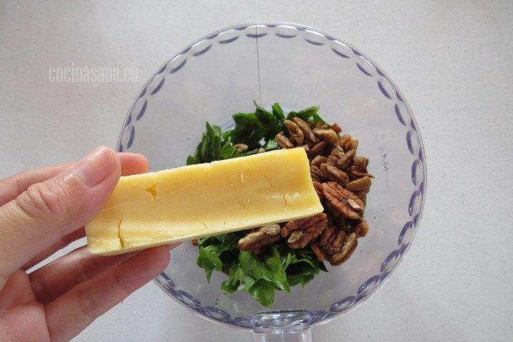Añadir el queso al procesador, agrega en trozos pequeños