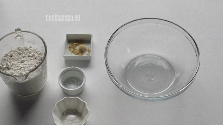 Combinar en un recipiente los ingredientes secos, el polvo para hornear, sal, jengibre y harina.
