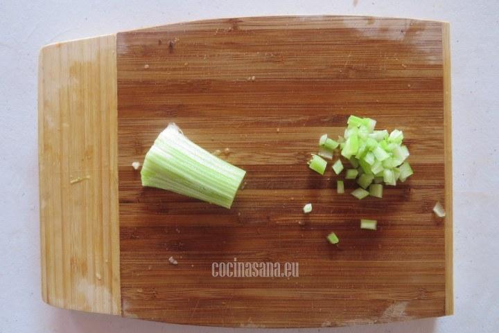 Cortar el Apio en pequeños dados o en juliana como el resto de las verduras.