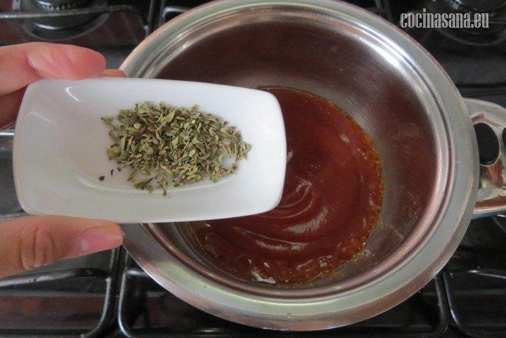 Agregar el Orégano seco a la salsa y dejar que se cocine por aproximadamente un minuto para que tome los sabores