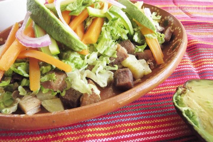 Asado sinaloense una receta muy típica del estado de Sinaloa en México una prepación fácil y que se sirve como plato principal en este tipo de lugares.