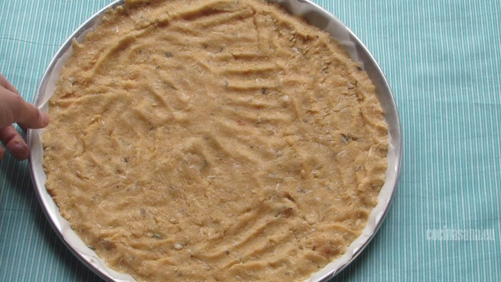 Colocar en Charola y Hornear la masa para que quede crujiente y no suave al momento de agregar el resto de los vegetales.