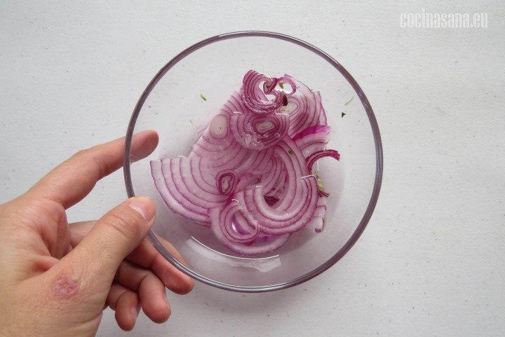 Desflemar la Cebolla esto quiere decir colocar en un recipiente con agua y sal  por aproximadamente 15 minutos, retirar esta agua y añadir jugo de limón.