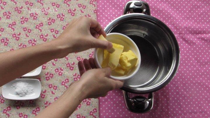 Hervir la Mantequilla junto con el agua para preparar la pasta choux