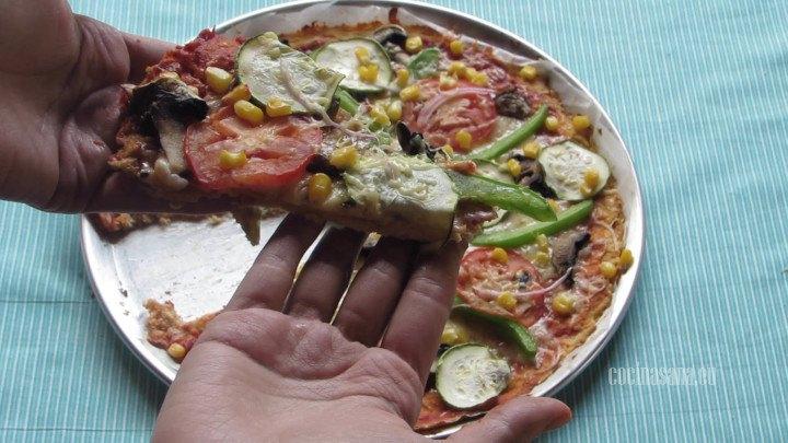 Hornear la pizza hasta que esté dorada por la base y sea fácil cortarla