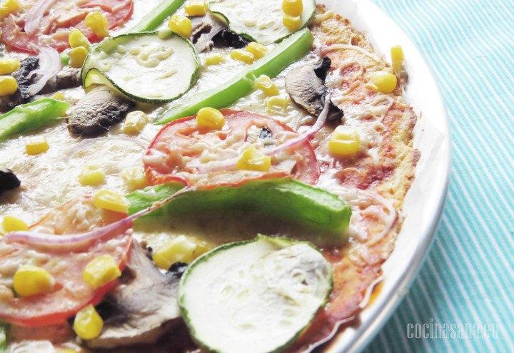 Pizza de Coliflor libre de gluten una receta muy fácil de preparar, con pimientos cebolla, tomate maíz amarillo etc.