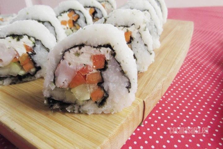Sushi estilo california con aguacate, queso crema, zanahoria, pepino y alga nori