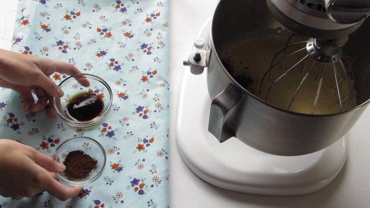 Agregar el Café y la vainilla a la mezcla de huevo esto le dará mucho sabor y aroma a la receta