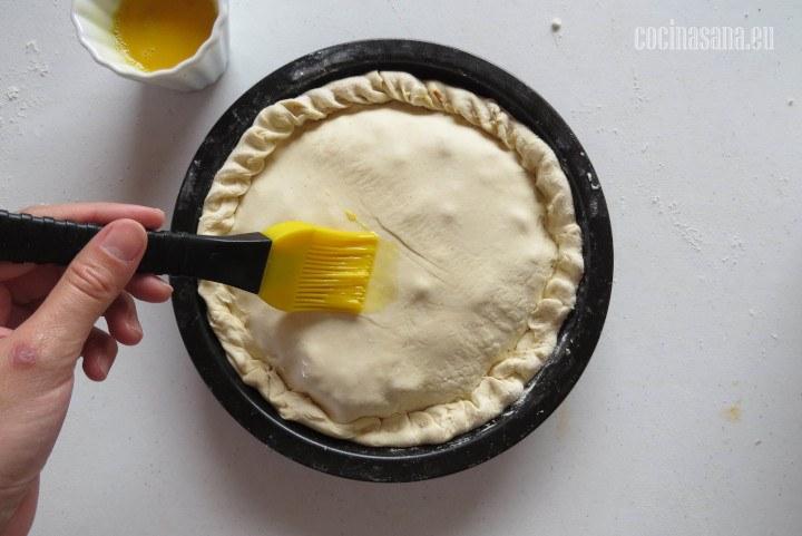 Cubrir con el huevo la masa para que tenga un color dorado.