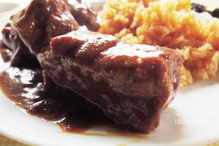 Carne de cerdo con chile y arroz rojo o naranja con puré de tomate.