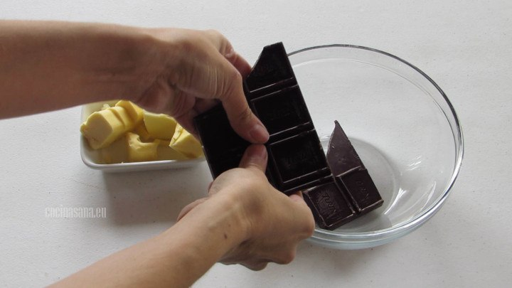 Fundir el Chocolate con la mantequilla esto lo puedes hacer a baño maría o en el microondas.