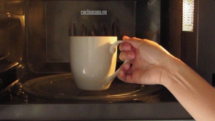 Colocar en el microondas el mugcake o pan de plátano a máxima potencia para que se cocine perfectamente.