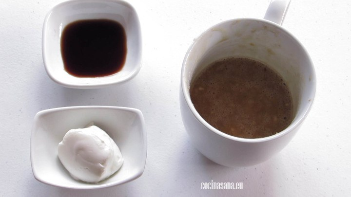 Añadir la vainilla y el yogur griego a la preparación y batir hasta incorporar.