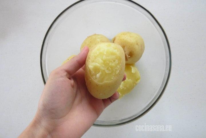 Pelar las papas o patatas asegurandonos de retirar toda la piel que pueda tener la preparación.