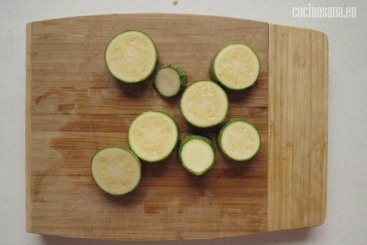 Cortar el Calabacín en rodajas ligeramente gruesas.