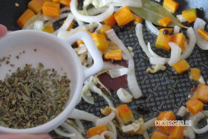 Agregar las especias al sofrito y saltear perfectamente hasta que se impregnen los olores.