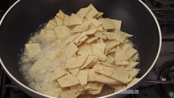 Dorar las Tortillas o freirlas en suficiente aceite para que tengan una textura crujiente.