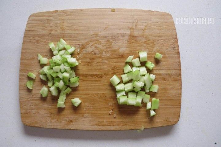 Cortar el Pepino en cubos o dados medianos, si quieres que sea más fino pica todos los vegetales más pequeños.