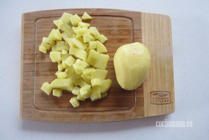 Cortar las papas o picar en cubos o dados medianos.