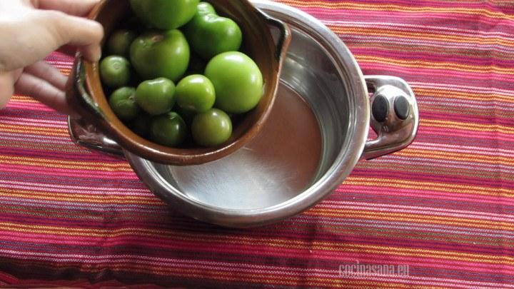 Cocinar los tomates en agua solo hasta cubrir, cocina hasta que tenga un color más oscuro.