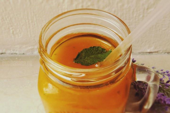 Agua de mango con hierbabuena, una bebida muy refrescante y perfecta para el verano.