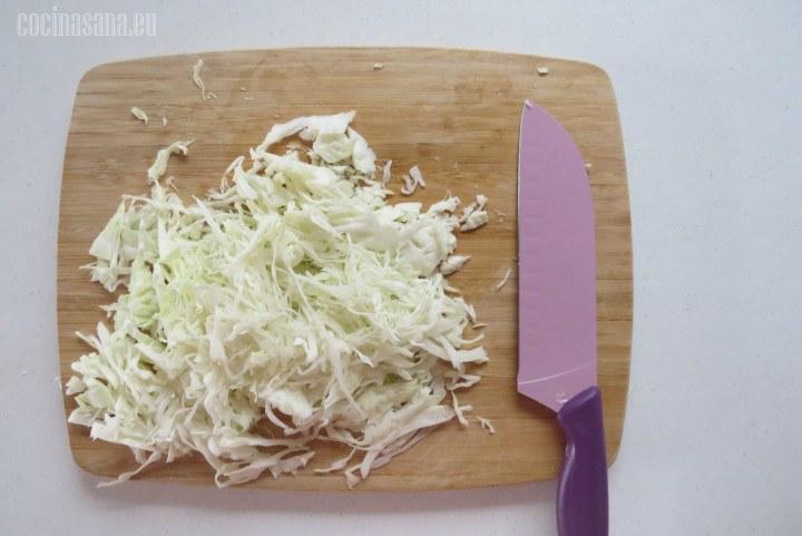 Cortar o picar la col, picar muy finamente para que se incorpore de la misma manera de la zanahoria