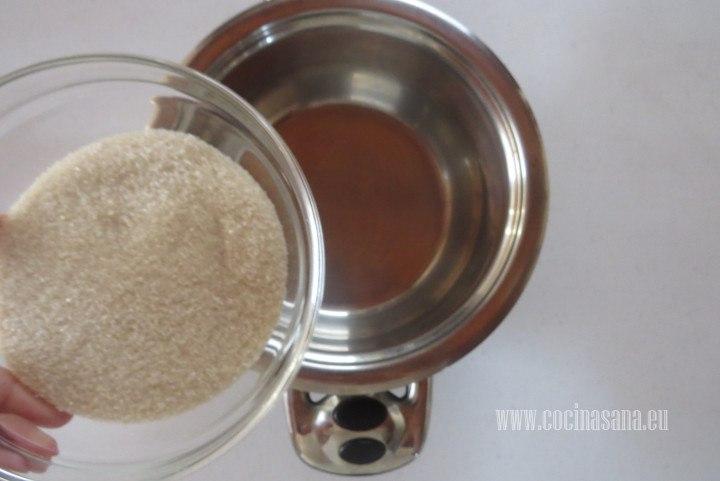 Agregar el azúcar a una cacerola para preparar el caramelo con el que vamos a saborizar el yogur.