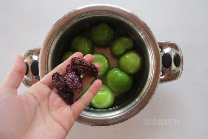 Agregar el Chile morita a la misma olla o cacerola donde vamos a cocinar los tomates verdes o tomatillos.
