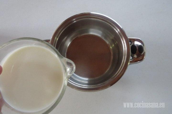 Agregar la Leche a la cacerola y calentar hasta que se entibie de preferencia utiliza un termómetro para evitar excederte en la temperatura.