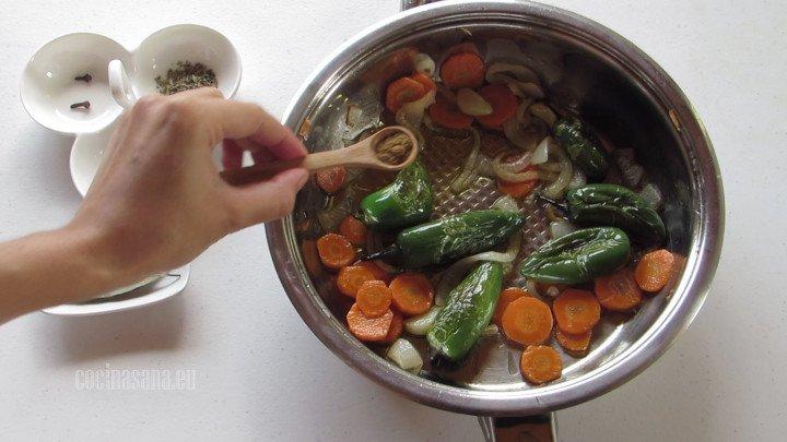 Añadir los condimentos, es decir la pimienta, el comino, el ajo etc. a lo que sofreimos en la sartén