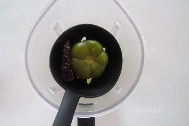 Añadir el Tomate verde o el tomatillo a la receta junto con los chiles que también cocinamos previamente.