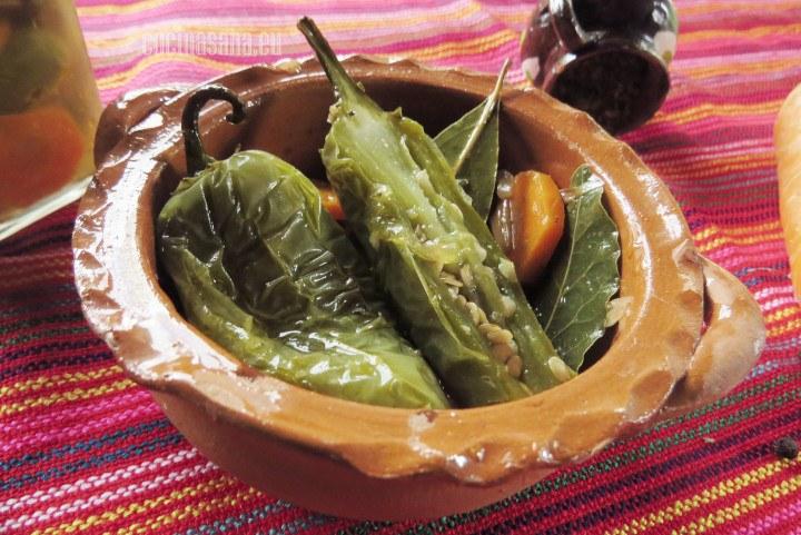 Chiles en escabeche, una preparación típica con chiles jalapeños, vinagre, zanahorias y cebolla, especiado con pimienta orégano etc. Un perfecta conserva para tener en casa.
