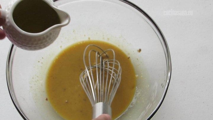 Añadir el Aceite de oliva a la preparación poco a poco tratando de incorporar en un chorro continuo para permitir que se emulsione muy bien la mezcla.
