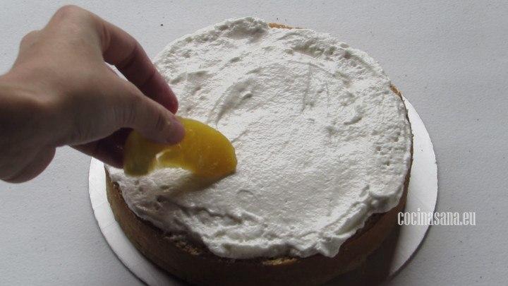Colocar la Fruta una vez decorado el pastel con el merengue italiano, coloca rebanadas de duraznos en almíbar o incluso puedes utilizar fresas.